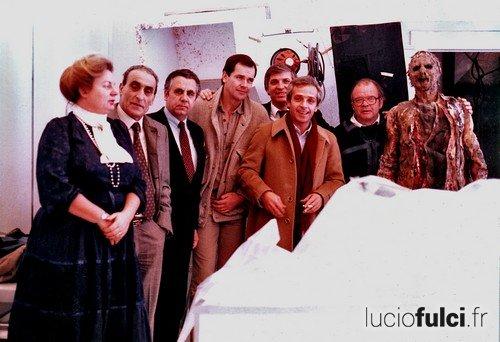 Lucio Fulci (à côté du zombie) sur le plateau de L'Au-delà