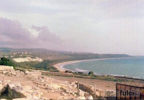 Les ruines au bord de la mer.
